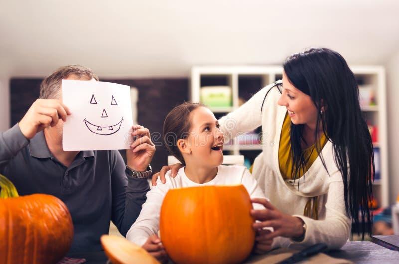 La famiglia sta celebrando Halloween immagini stock libere da diritti
