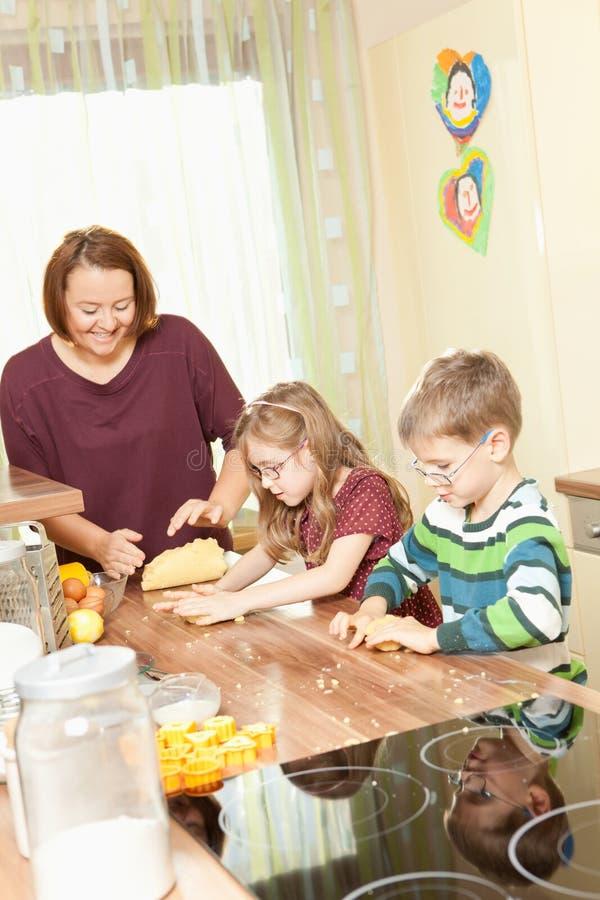 La famiglia sta cocendo i biscotti immagine stock libera da diritti