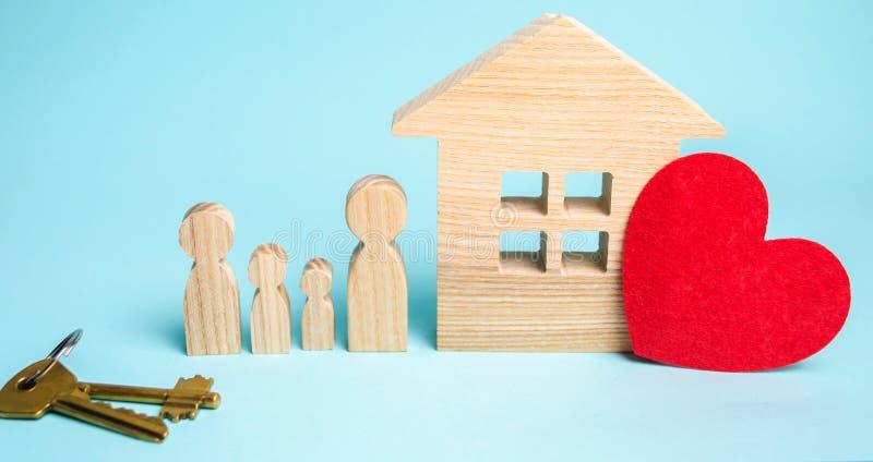 La famiglia sta vicino alla casa Alloggiamento acquistabile Real Estate co fotografie stock libere da diritti