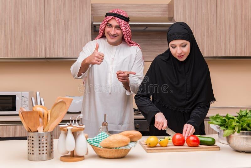 La familia árabe joven en la cocina foto de archivo libre de regalías