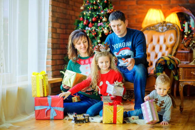 la familia amistosa se da presentes fotografía de archivo libre de regalías