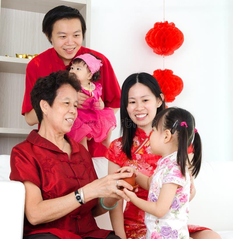 La familia asiática celebra Año Nuevo chino fotografía de archivo libre de regalías