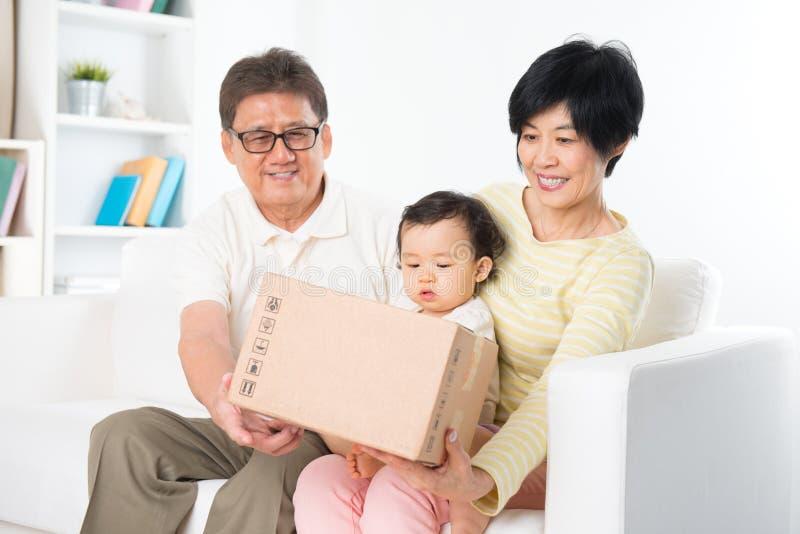 La familia asiática recibió el paquete imagen de archivo libre de regalías