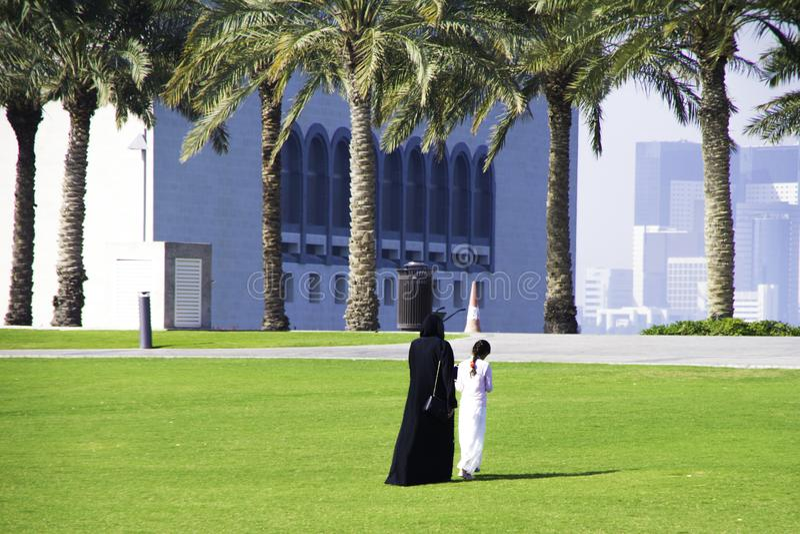 La familia camina cerca del museo de MIA islámico de los artes con su modo fotos de archivo