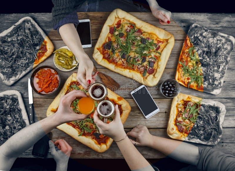 La familia celebra día del ` s del padre en un ajuste casero acogedor Comida casera, pizza hecha en casa Disfrutando de la cena,  fotos de archivo libres de regalías