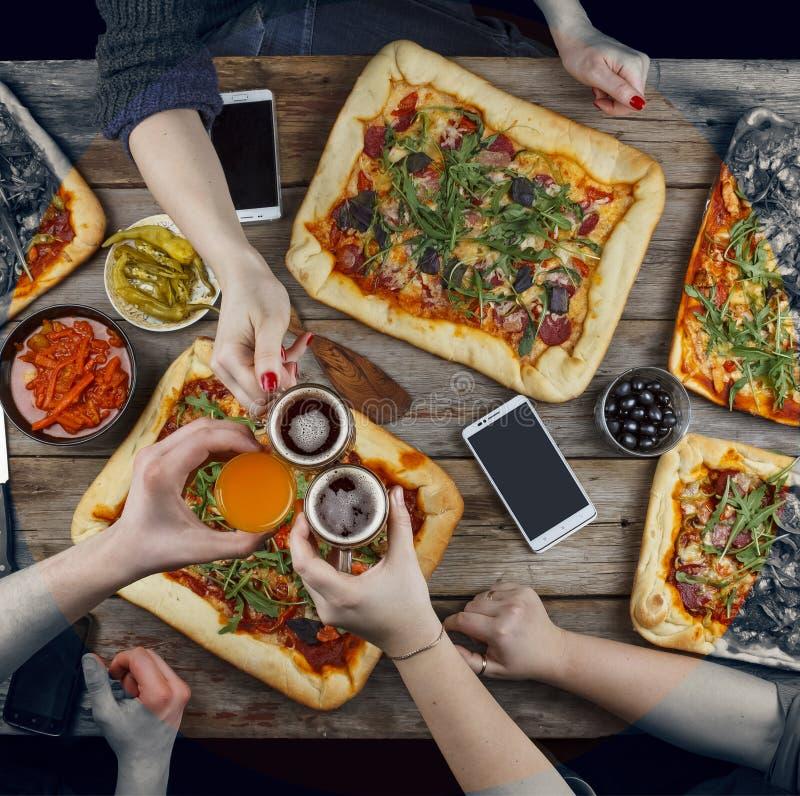 La familia celebra día del ` s del padre en un ajuste casero acogedor Comida casera, pizza hecha en casa Disfrutando de la cena,  imagenes de archivo