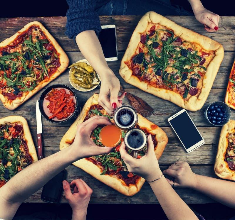 La familia celebra día del ` s del padre en un ajuste casero acogedor Comida casera, pizza hecha en casa Familia feliz que cena j imágenes de archivo libres de regalías