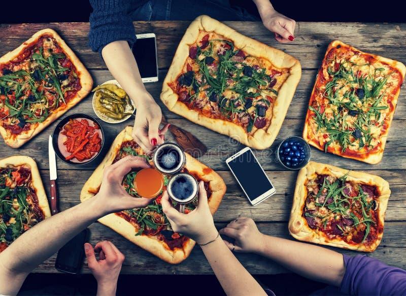 La familia celebra día del ` s del padre en un ajuste casero acogedor Comida casera, pizza hecha en casa Familia feliz que cena j imagen de archivo libre de regalías