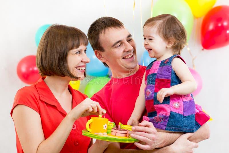 La familia celebra el cumpleaños del bebé foto de archivo libre de regalías