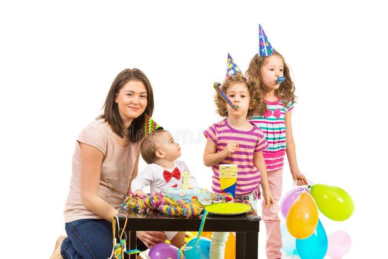 La familia celebra el primer cumpleaños del muchacho imagen de archivo libre de regalías