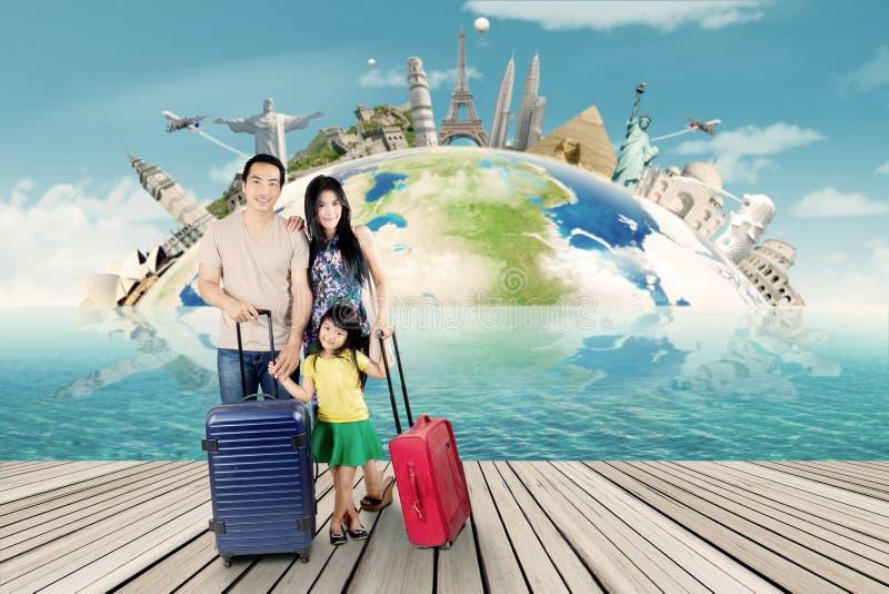 La familia con el bolso y alista para el viaje del mundo fotos de archivo