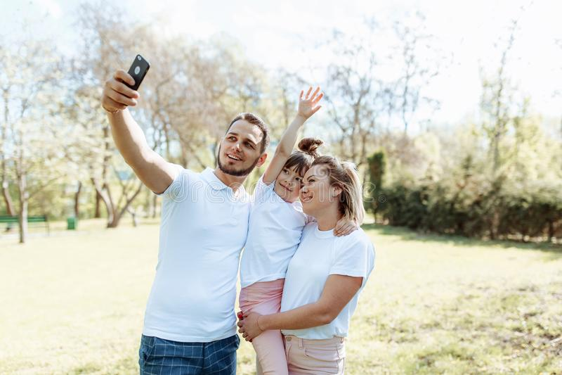 La familia con los ni?os toma una foto del selfie fotos de archivo