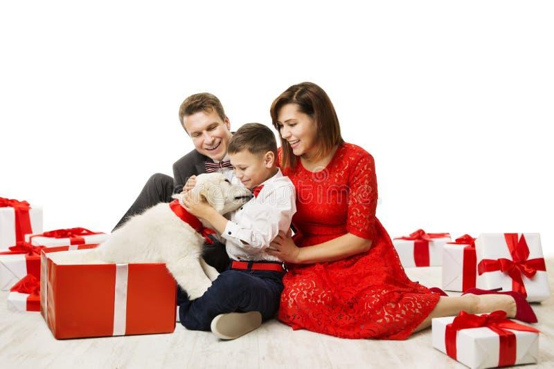 La familia da el perro en el actual regalo al niño, padre Mother Child Pet fotos de archivo