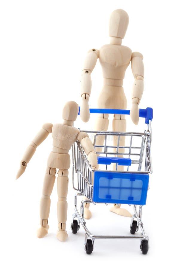 La familia de las muñecas va al supermercado con el carro de compras imagen de archivo