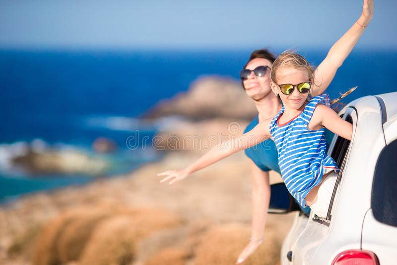 La familia de mamá y el niño en vacaciones europeas del verano viajan en coche foto de archivo libre de regalías