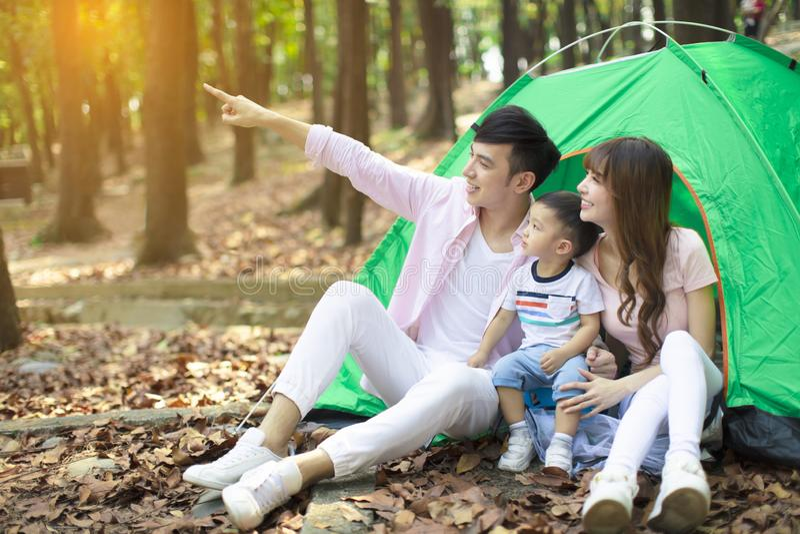 La familia disfruta de acampada en campo foto de archivo