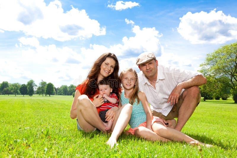 La familia disfruta de día de verano afuera. fotos de archivo