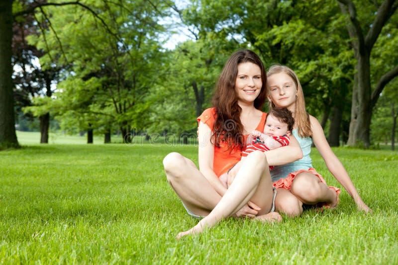 La familia disfruta de día de verano afuera. imagenes de archivo
