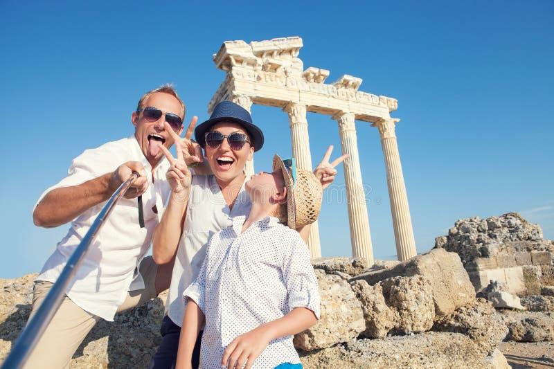La familia divertida toma una foto del selfie en la opinión de la columnata de Apollo Temple imagenes de archivo