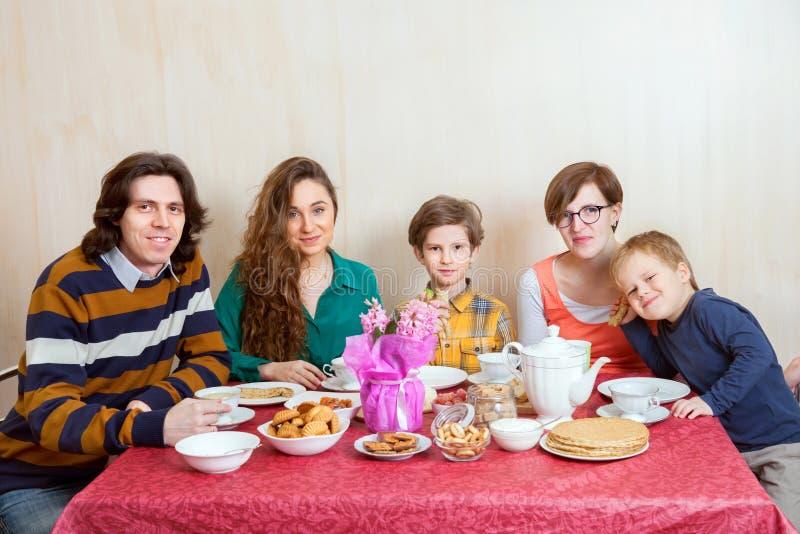 La familia en la tabla imagen de archivo libre de regalías