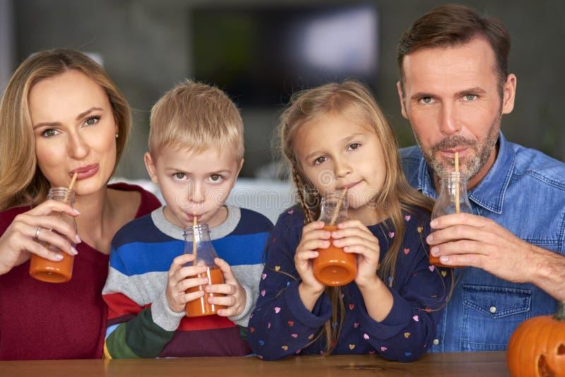 La familia está bebiendo smoothie foto de archivo