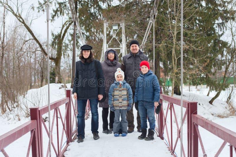 La familia está caminando en parque del invierno foto de archivo