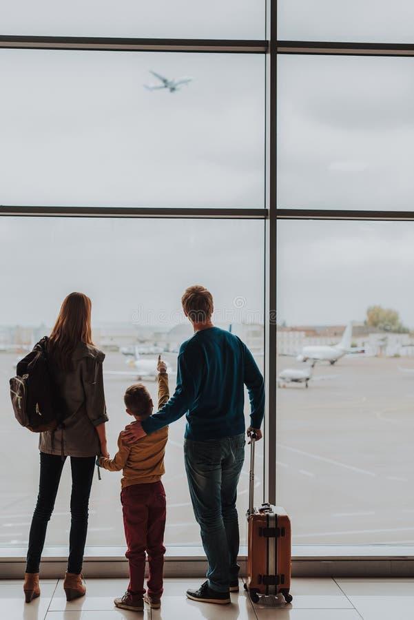 La familia está mirando del vuelo plano del pasillo imágenes de archivo libres de regalías