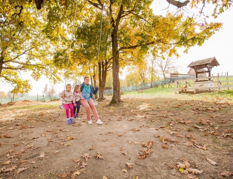 La familia feliz al aire libre se relaja imagen de archivo libre de regalías