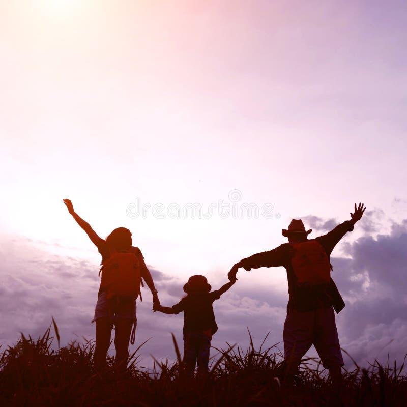 La familia feliz de tres personas, de madre, de padre y de niño en el franco fotos de archivo