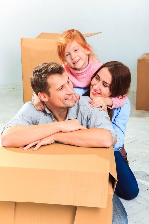 La familia feliz durante la reparación y la relocalización imagen de archivo libre de regalías