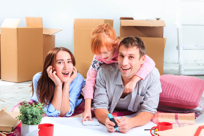 La familia feliz durante la reparación y la relocalización imagen de archivo