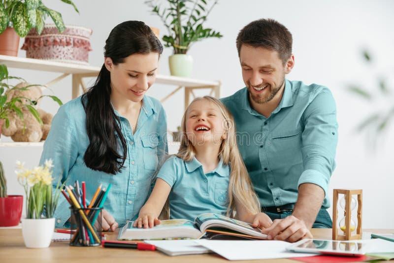 La familia feliz joven está pasando el tiempo junto Un día con amados en casa foto de archivo