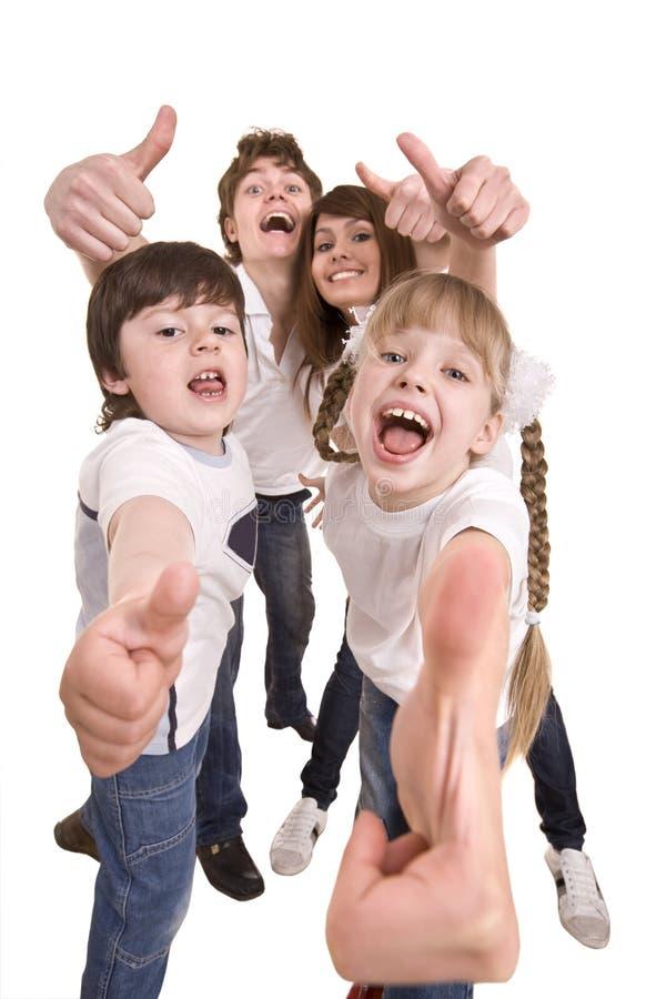 La familia feliz lanza hacia fuera el pulgar. foto de archivo