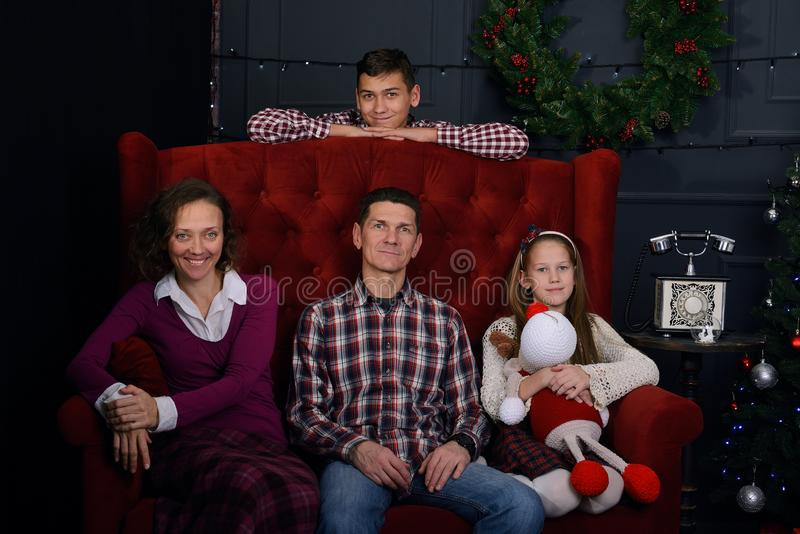 La familia feliz vino junta, antes de la Navidad fotos de archivo