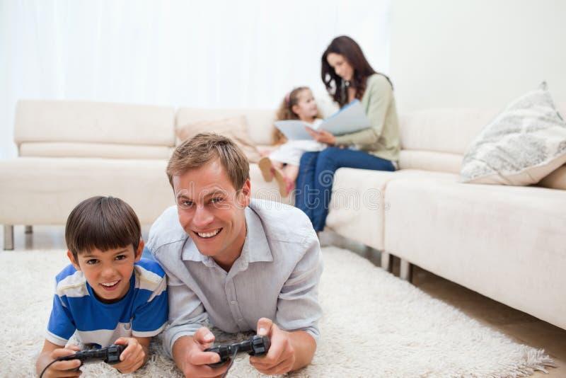 La familia goza el pasar de su tiempo libre junto fotos de archivo libres de regalías