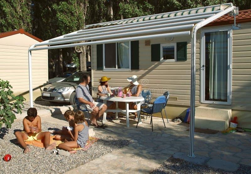 La familia goza el vacaciones de verano imagen de archivo