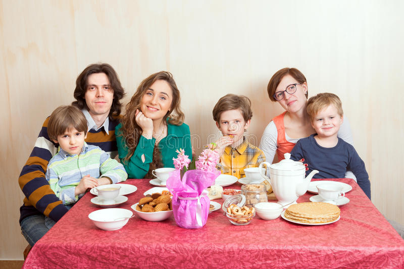 La familia grande en la cena-tabla imagenes de archivo