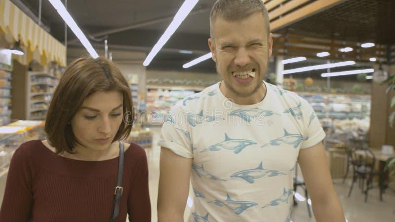 La familia hace compras en el supermercado foto de archivo