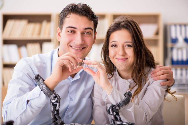 La familia joven en concepto del divorcio de la boda foto de archivo