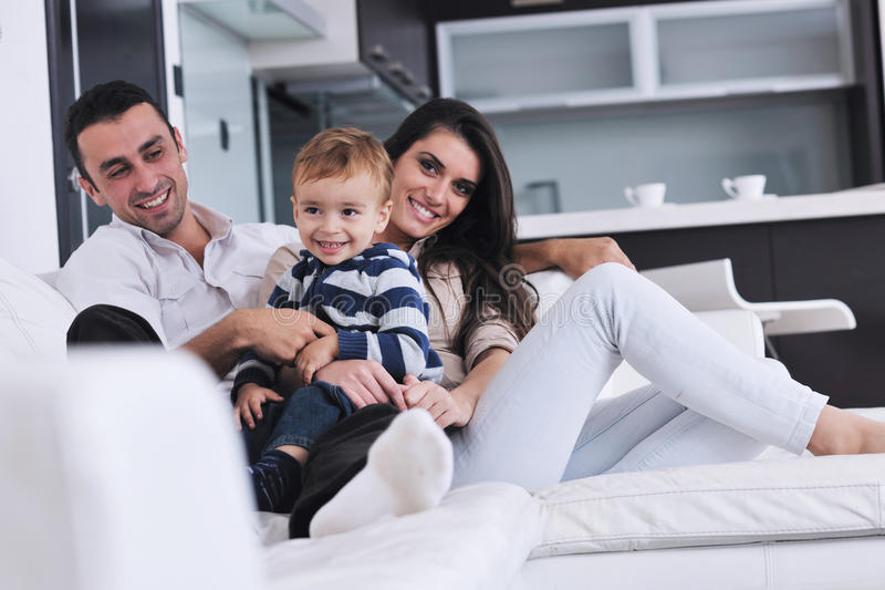 La familia joven feliz se divierte en el país fotografía de archivo libre de regalías