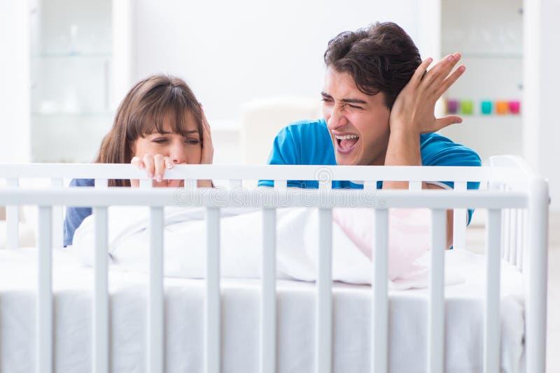 La familia joven frustrada en el griterío del bebé imagen de archivo