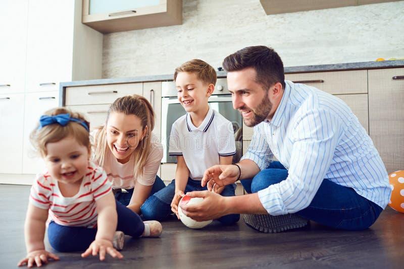 La familia juega la diversión en el piso dentro imágenes de archivo libres de regalías