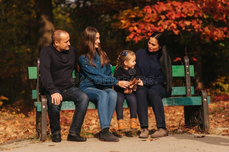 La familia pasa el tiempo junto fotos de archivo
