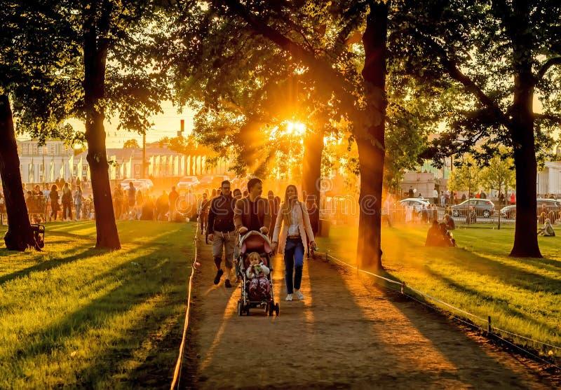 La familia pasa fin de semana en el parque imagen de archivo libre de regalías