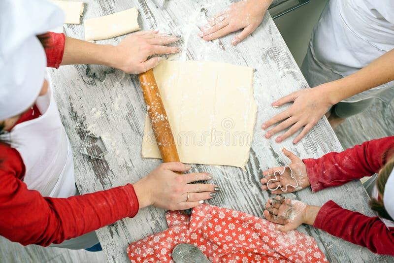 La familia prepara las galletas de Navidad fotografía de archivo