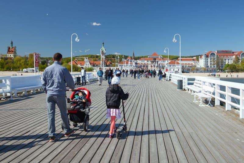 La familia que camina en Sopot el día soleado de la primavera foto de archivo libre de regalías