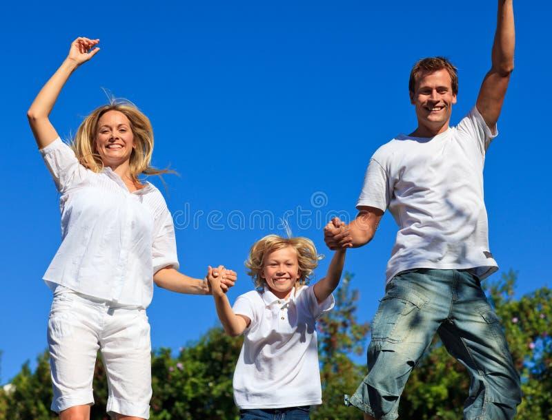La familia que salta en el aire imágenes de archivo libres de regalías