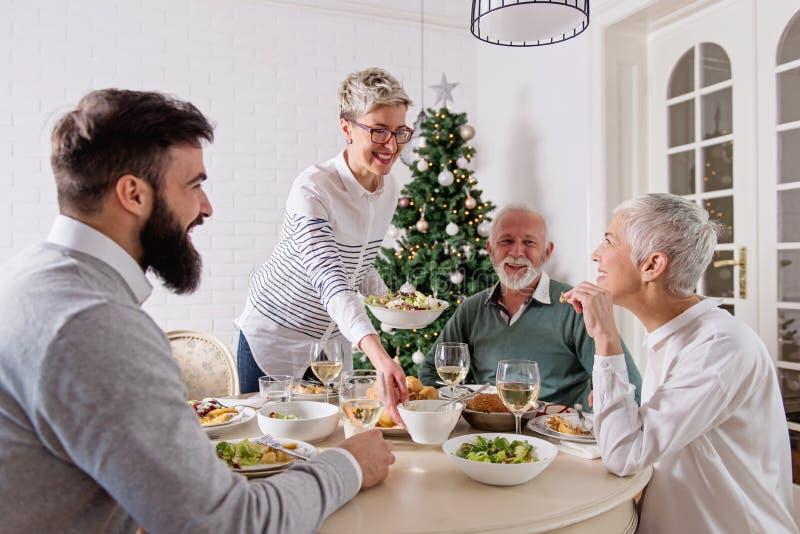 La familia recolectó durante días de fiesta de la Navidad, celebrando, almorzando foto de archivo libre de regalías