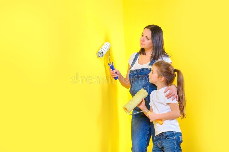 La familia repara en casa, pintando las paredes imagen de archivo