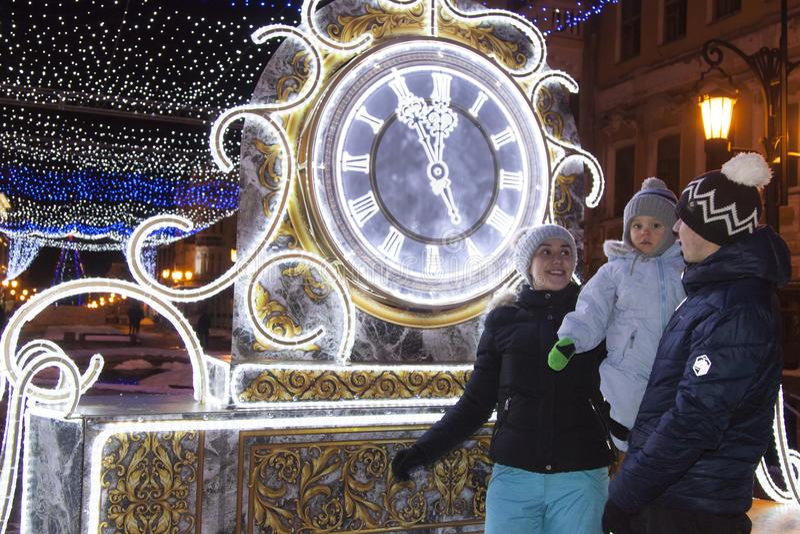 La familia resuelve el Año Nuevo Año Nuevo del reloj fotos de archivo libres de regalías
